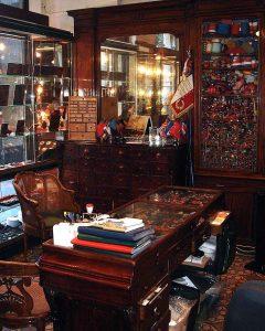 Maison Bacqueville : boutique du Palais-Royal (vitrines intérieures)