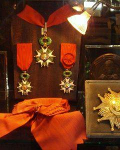 Maison Bacqueville : boutique du Palais-Royal (vitrine Ordre de la Légion d'Honneur)