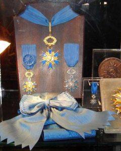 Maison Bacqueville : boutique du Palais-Royal (vitrine Ordre National du Mérite)