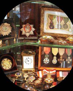 Maison Bacqueville : boutique du Palais-Royal (vitrines médailles)